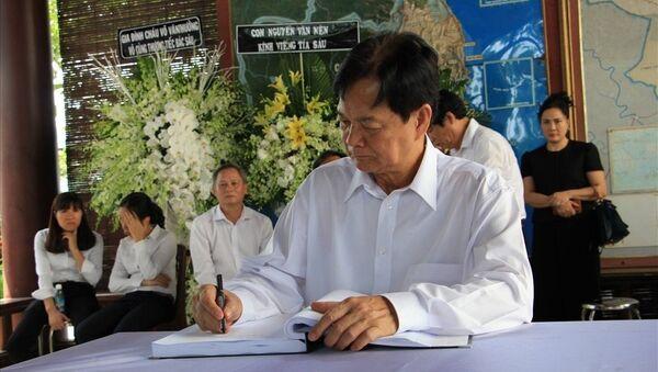 Nguyên Thủ tướng Nguyễn Tấn Dũng viết trong sổ tang cố Thủ tướng Phan Văn Khải. - Sputnik Việt Nam