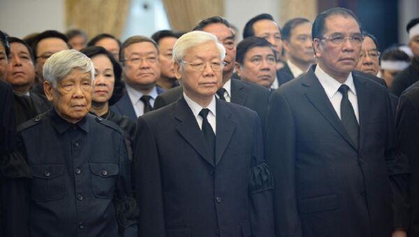 Nguyên Tổng bí thư Lê Khả Phiêu (bìa trái) vào viếng nguyên Thủ tướng Phan Văn Khải trong đoàn Ban chấp hành Trung ương Đảng do Tổng bí thư Nguyễn Phú Trọng dẫn đầu. Nguyên Tổng bí thư Nông Đức Mạnh (bìa phải) cũng có mặt - Sputnik Việt Nam
