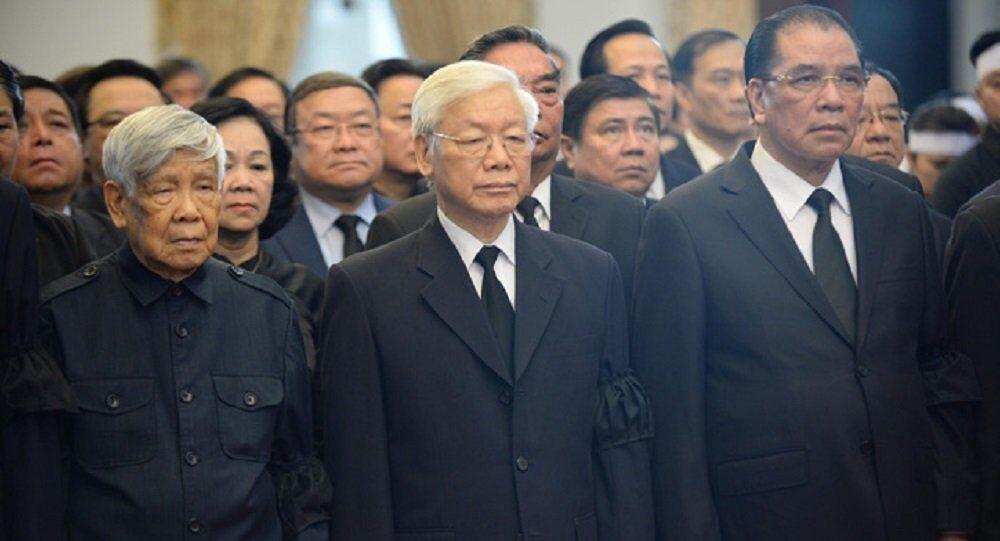 Nguyên Tổng bí thư Lê Khả Phiêu (bìa trái) vào viếng nguyên Thủ tướng Phan Văn Khải trong đoàn Ban chấp hành Trung ương Đảng do Tổng bí thư Nguyễn Phú Trọng dẫn đầu. Nguyên Tổng bí thư Nông Đức Mạnh (bìa phải) cũng có mặt