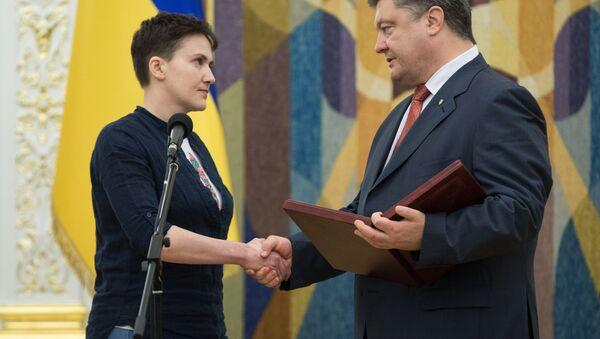 Nadezhda Savchenko và Petro Poroshenko - Sputnik Việt Nam