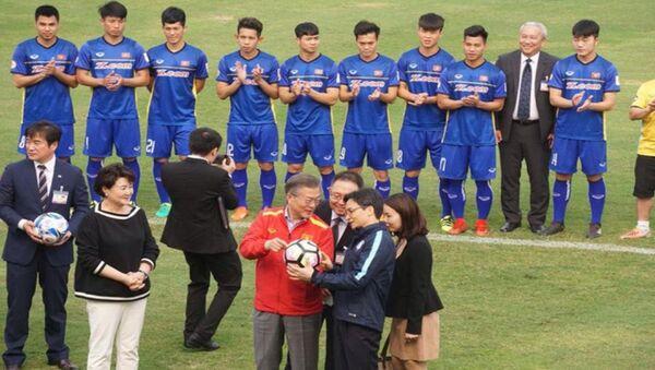 Tổng thống Moon Jae In gặp gỡ với các cầu thủ U23 Việt Nam - Sputnik Việt Nam