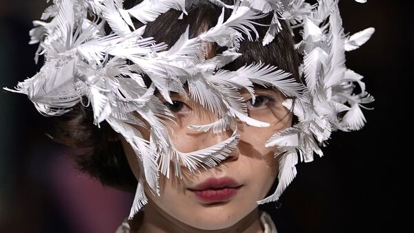 Người mẫu trình bày bộ sưu tập của nhà thiết kế Ohalu Ando tại Tuần lễ thời trang Tokyo Fashion Week - Sputnik Việt Nam
