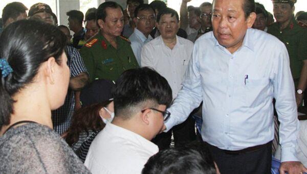 Bà Nguyễn Thị Thu đối thoại với Phó thủ tướng Trương Hòa Bình. - Sputnik Việt Nam