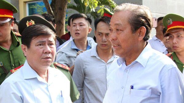 Ông Trương Hòa Bình (phải) kiểm tra công tác khắc phục hậu quả tại chung cư Carina. - Sputnik Việt Nam