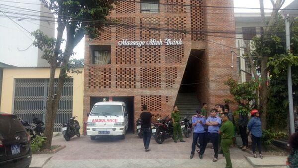Cơ quan chức năng đang khám nghiệm hiện trường quán massage - Sputnik Việt Nam