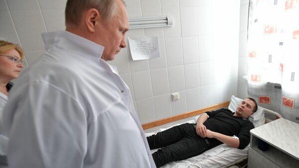 Tổng thống Nga Vladimir Putin thăm bệnh viện đang điều trị cho các nạn nhân trong vụ cháy tại trung tâm thương mại Zimnyaya vishnya, ở Kemerovo - Sputnik Việt Nam