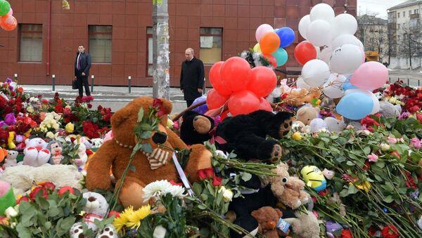 Tổng thống Nga Vladimir Putin đặt hoa tại nơi tưởng niệm tự phát tại trung tâm thương mại Zimnyaya vishnya, Kemerovo, nơi xẩy ra trận hỏa hoạn - Sputnik Việt Nam