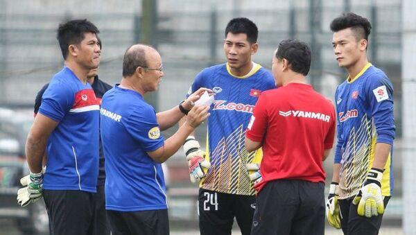 HLV Park-Hang-Seo dặn dò các thủ môn - Sputnik Việt Nam