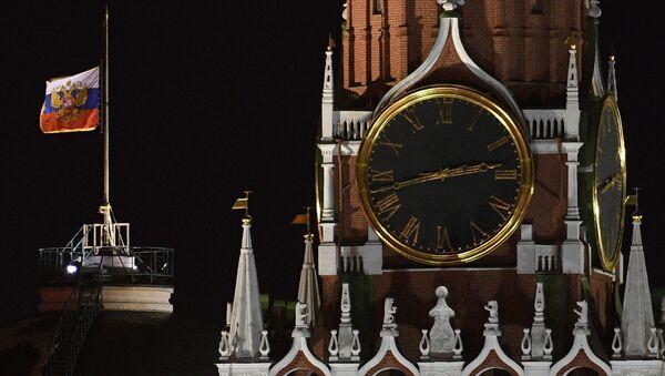 Quốc kỳ Liên bang Nga rủ trên tòa nhà Thượng viện tại điện Kremlin để tưởng nhớ những người thiệt mạng trong  vụ cháy trung tâm thương mại- giải trí Zimnyaya vishnya ở Kemerovo. - Sputnik Việt Nam