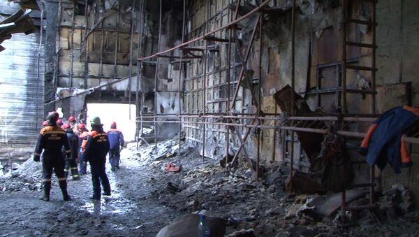 Nhân viên Bộ tình trạng khẩn cấp sau trận hỏa hoạn ở trung tâm thương mại Zimnyaya vishnya, Kemerovo. - Sputnik Việt Nam