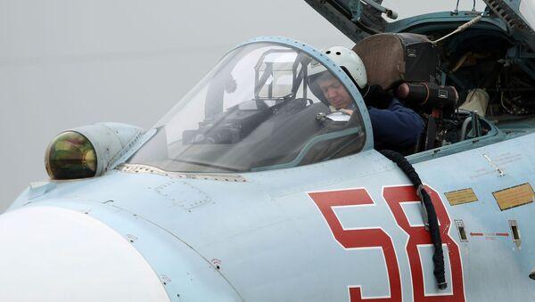 Phi công trong buồng lái của Su-27 trước khi cất cánh. - Sputnik Việt Nam