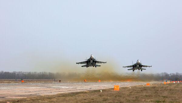Rời khỏi mặt đất! Su-30SM  tăng tốc cất cánh. - Sputnik Việt Nam