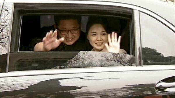 Lãnh đạo Kim Jong Un và phu nhân Ri Sol-ju ở Bắc Kinh - Sputnik Việt Nam
