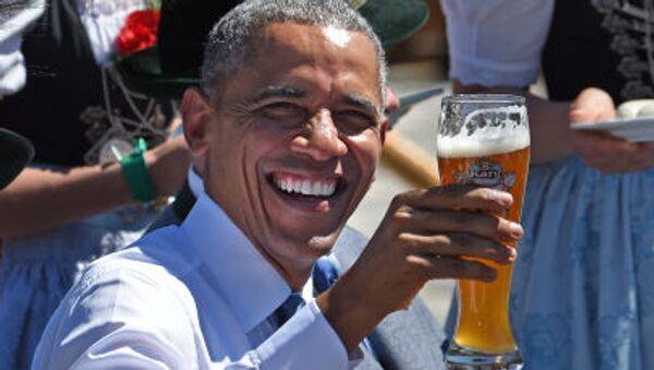 Tổng thống Mỹ Obama đang cầm cốc bia trong bữa sáng, trước giờ họp hội nghị thượng đỉnh G7 ở Đức - Sputnik Việt Nam