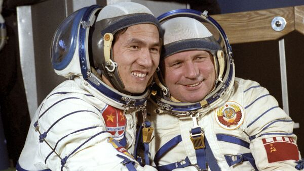 Các thành viên phi hành đoàn tàu vũ trụ Soyuz-37, Viktor Gorbatko hai lần Anh hùng Liên Xô (bên phải) và Anh hùng Việt Nam Phạm Tuân tại Trung tâm đào tạo phi hành gia Gagarin. - Sputnik Việt Nam