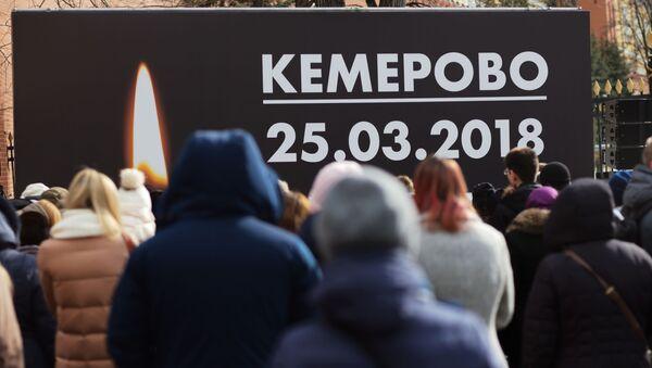Người dân thành phố trong buổi lễ tưởng niệm nạn nhân vụ hỏa hoạn ở trung tâm thương mại- giải trí Zimnyaya vishnya trong nhà thờ Thiên Chúa Ba Ngôi ở Kemerovo. - Sputnik Việt Nam