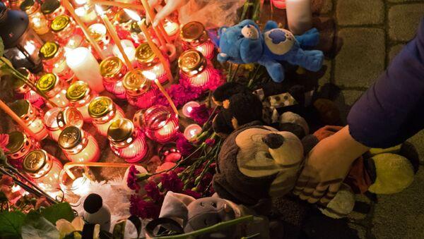 Người dân đặt hoa và đồ chơi trẻ em tưởng nhớ những người thiệt mạng ở trung tâm thương mại Zimnyaya vishnya, Kemerovo. - Sputnik Việt Nam