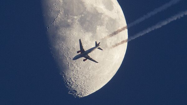 Phi cơ bay trên nền mặt trăng ở Frankfurt, Đức - Sputnik Việt Nam