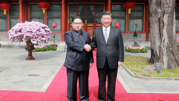 Nhà lãnh đạo Bắc Triều Tiên Kim Jong-un và Chủ tịch Trung Quốc Tập Cận Bình ở Bắc Kinh - Sputnik Việt Nam