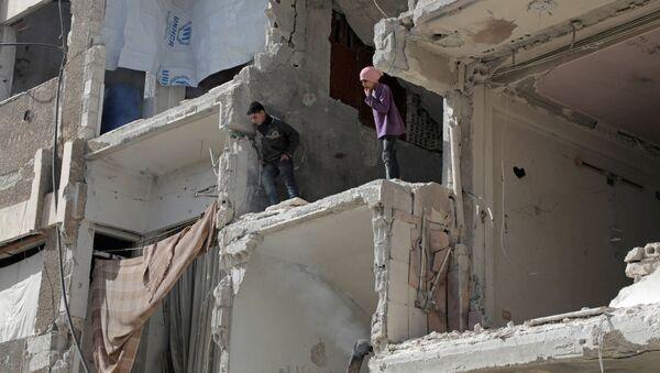 Trẻ em chơi trong tòa nhà đổ nát ở Douma, Syria - Sputnik Việt Nam