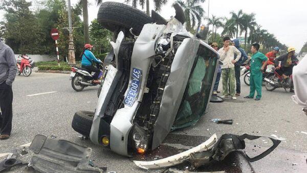 Chiếc xe biển xanh bị lật giữa đường sau vụ tai nạn - Sputnik Việt Nam