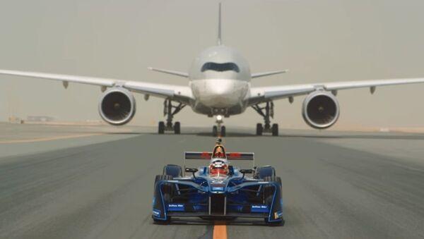 Xe đua Formula E chạy thi với hai máy bay - Sputnik Việt Nam
