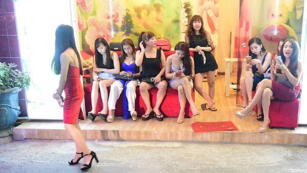 Cảnh tiếp viên chờ khách ở một quán massage trong khu phố Nhật - Sputnik Việt Nam
