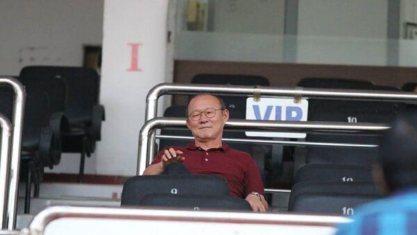 HLV Park Hang Seo tới sân theo dõi các cầu thủ thi đấu. - Sputnik Việt Nam