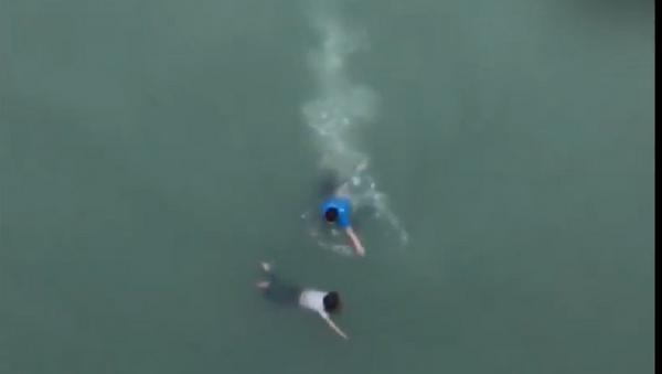Nam thanh niên dũng cảm lao xuống dòng nước cứu cô gái trẻ nhảy cầu - Sputnik Việt Nam