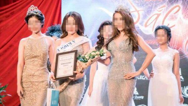 Nguyễn Thị Ngọc (thứ 2, từ trái sang) khi nhận danh hiệu Á khôi 1 tại cuộc thi cuộc chiến sắc đẹp tổ chức tại Hà Nội đầu 2017 - Sputnik Việt Nam