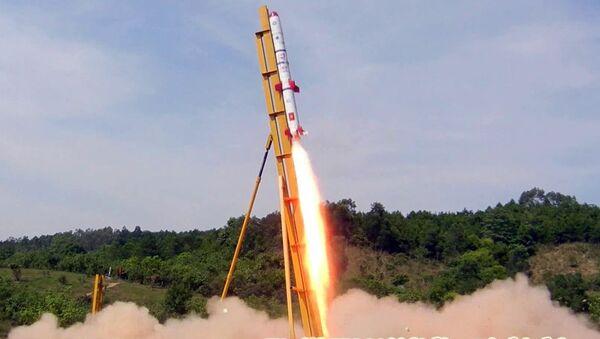 Mẫu tên lửa thử nghiệm TV-01 khởi động trên bệ phóng - Sputnik Việt Nam