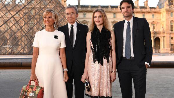 Президент группы компаний Louis Vuitton Moët Hennessy Бернар Арно со семьей в Париже - Sputnik Việt Nam