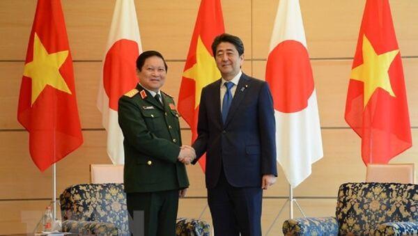 Thủ tướng Nhật Bản Shinzo Abe tiếp Đại tướng Ngô Xuân Lịch, Ủy viên Bộ Chính trị, Phó bí thư Quân ủy Trung ương, Bộ trưởng Bộ Quốc phòng Việt Nam trong chuyến thăm chính thức Nhật Bản - Sputnik Việt Nam