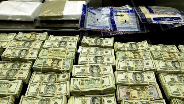 Cocaine và tiền bị FBI thu giữ trong một cuộc điều tra của một vụ án ma túy có trụ sở tại Mexico được trưng bày trong tại cuộc họp báo tại tòa nhà Liên bang Dirksen ngày Thứ Hai 13 tháng 12, 2004, ở Chicago - Sputnik Việt Nam