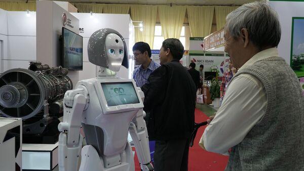 """Khách thăm Triển lãm """"Vietnam Expo 2018"""" nghiên cứu sản phẩm mới nhất – cô gái robot Kiki – của công ty điện tử Nga chuyên về robot điện tử Alfa Robotics - Sputnik Việt Nam"""