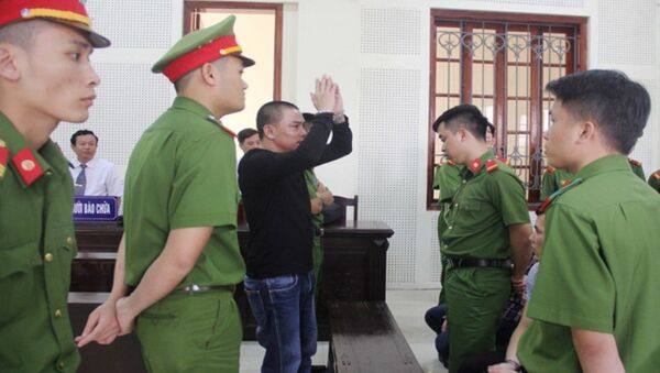 Khi tòa tuyên án tử, bị cáo Hùng đại náo hội trường xử án. - Sputnik Việt Nam