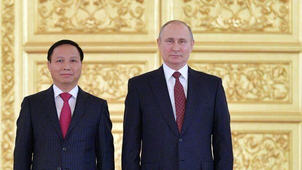 Tổng thống Nga Vladimir Putin tiếp nhận quốc thư của Đại sứ Đặc mệnh Toàn quyền nước CHXHCN Việt Nam tại Liên bang Nga Ngô Đức Mạnh - Sputnik Việt Nam