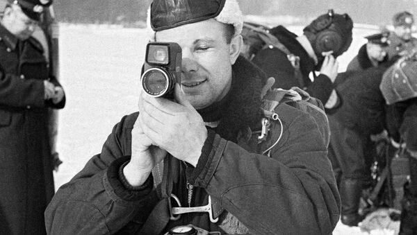 Phi hành gia Yuri Gagarin chuẩn bị cho chuyến bay vào vũ trụ - Sputnik Việt Nam