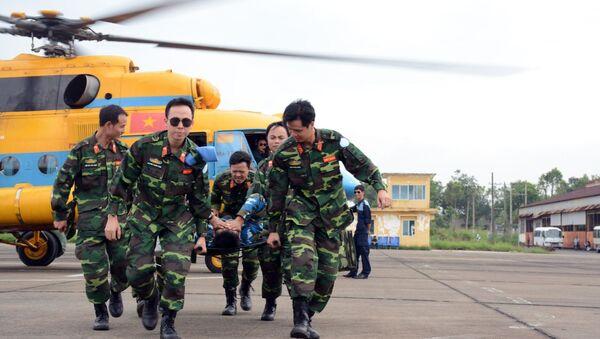 Các cán bộ, nhân viên y tế Bệnh viện dã chiến cấp 2 số 1 thực hành huấn luyện cấp cứu đường không. - Sputnik Việt Nam