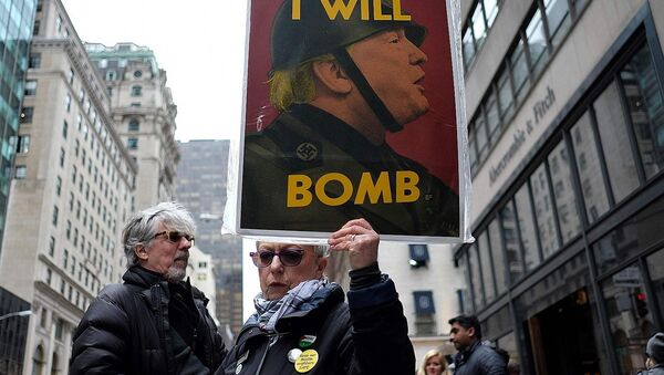 Anti-war protesters shout slogans against US President Donald Trump during a demonstration in front of the Trump Tower in New York on April 7, 2017, to protest the US air strike in Syria - Sputnik Việt Nam