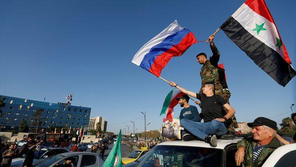 Dân Syria xuống đường phất cờ ủng hộ ông Assad - Sputnik Việt Nam