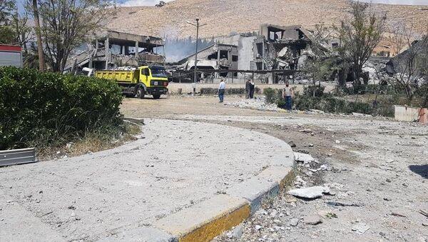 На месте попадания ракеты в военный исследовательский центр в Дамаске - Sputnik Việt Nam