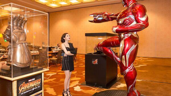 Cô hào hứng khi được tận mắt nhìn thấy các mô hình nhân vật trong Avengers với kích thước lớn ngoài đời thật. - Sputnik Việt Nam