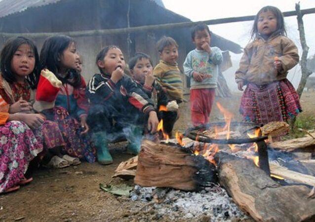 Trẻ em nghèo đốt lửa sưởi ấm tại Mộc Châu