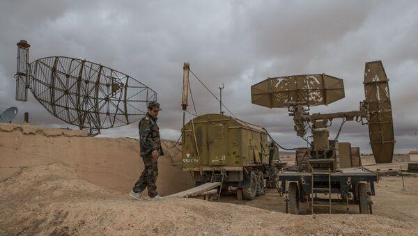 Quân nhân Syria kiểm tra hệ thống phòng không ở căn cứ không quân tại Homs - Sputnik Việt Nam