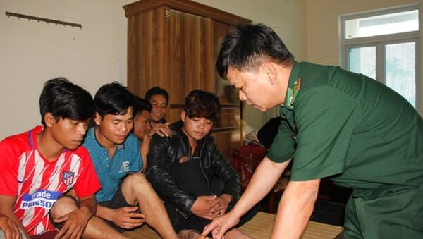 Thiếu tá Bùi Đình Lợi - Trưởng Ban điều tra Phòng chống ma túy và tội phạm BĐBP tỉnh Quảng Trị thăm hỏi các nạn nhân. - Sputnik Việt Nam