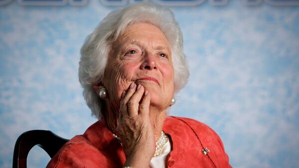 In this file photo from Friday, March 18, 2005, former first lady Barbara Bush listens to her son, President George W. Bush, as he speaks on Social Security reform in Orlando, Fla. - Sputnik Việt Nam