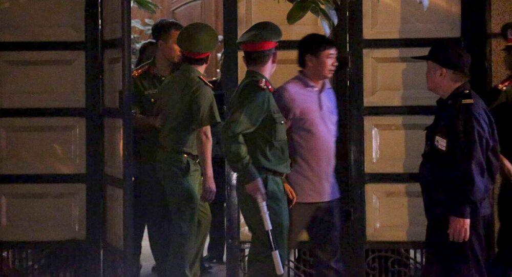 Công an khám xét nhà ông Phan Hữu Tuấn tối 17/4.