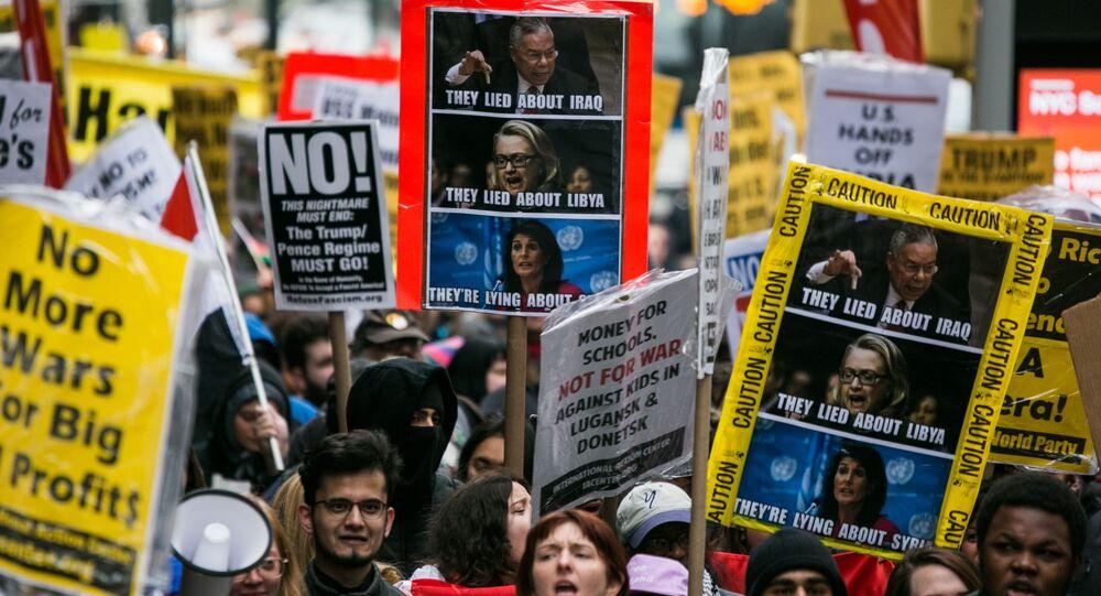 Những người tham gia cuộc biểu tình chống lại các cuộc tấn công vào Syria ở New York