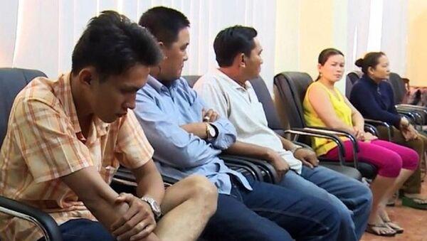 Các đối tượng trong đường dây buôn bán logo xe vua khi bị bắt. - Sputnik Việt Nam